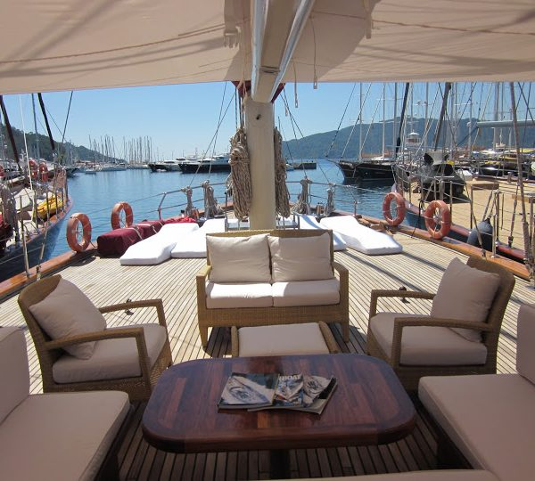 Stunning Entertainment area on Deck with a lovely Sun Screen Awning - Biminis